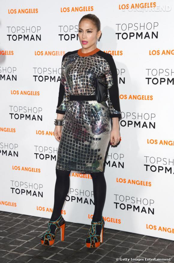 Jennifer Lopez opte pour une robe métallisée pour l'ouverture de la boutique Topshop Topman de Los Angeles.