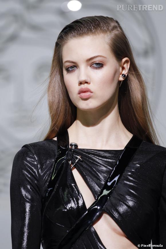 La paupière et les cheveux glossy     Défilé Versace Automne-Hiver 2013/2014.