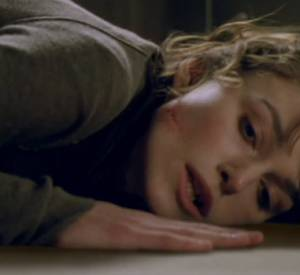 Keira Knightley se fait battre pour prévenir les dangers de la violence domestique.