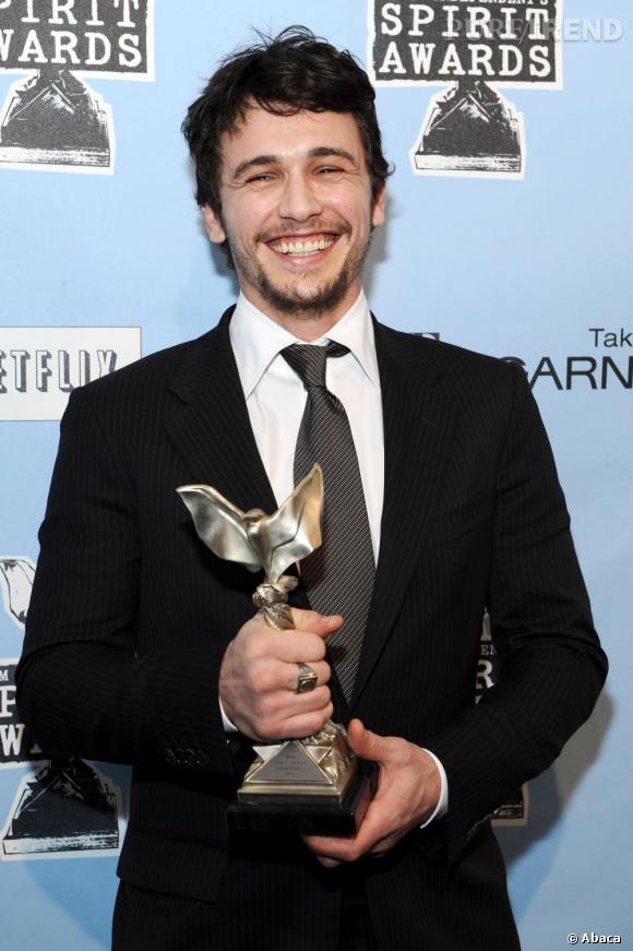 Le top trophée  : Costume impeccable, barbe de trois jours et un sourire à tomber, l'acteur est au top.