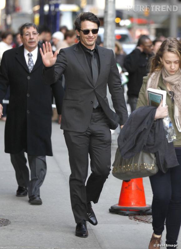 Le top costume  : total look black de rigueur avec un costume bien coupé porté avec des lunettes de soleil pour une touche résolument cool.