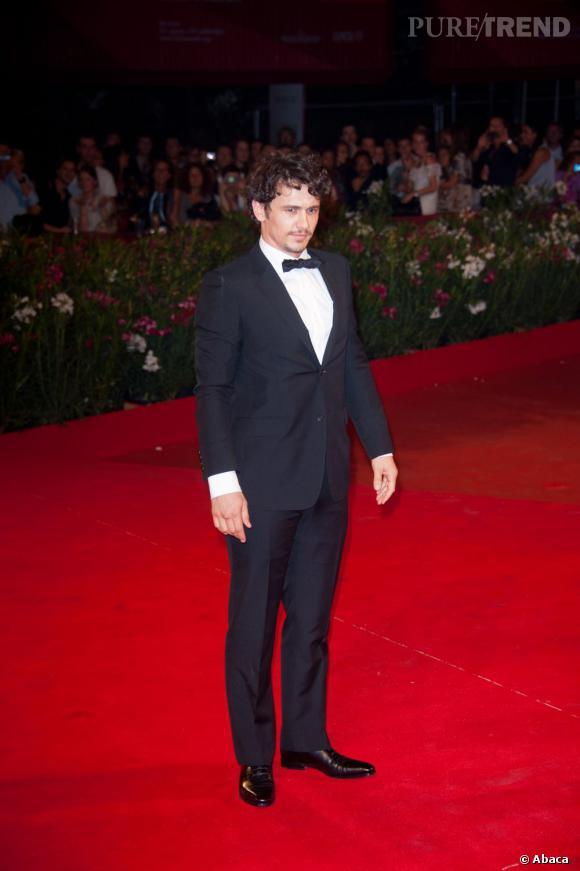 Le flop pose  : Raide comme un bâton, les mains figées et le menton rentré, James Franco a l'air passablement mal à l'aise lors du Festival du film de Venise.