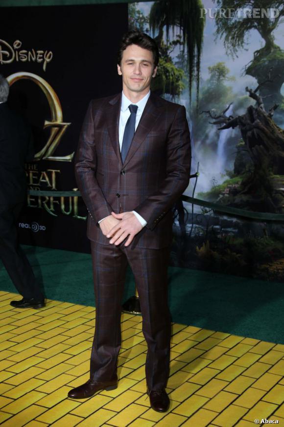 """Le top promo  : Lors de la première mondiale du """"Monde Fantastique d'Oz"""" à Los Angeles, il ose le costume à carreaux et fait mouche."""