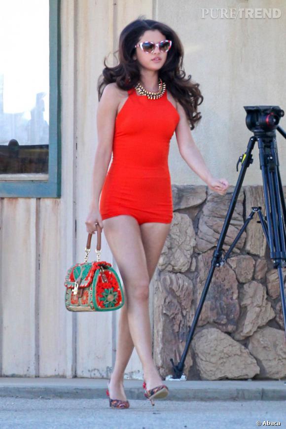 Selena Gomez à la sauce rétro avec sa combi et son sac Dolce & Gabbana.