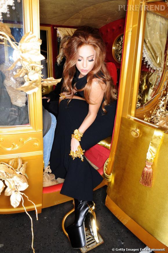 """Lady Gaga dans un fauteuil roulant en or ? Pas aussi bien que son carrosse de princesse pour le lancement de son parfum """"Fame"""" à Londres."""