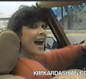 Découvrez ce clip vidéo de 1985, dans lequel Kris Jenner chante son amour pour ses nombreux amis. Magique !