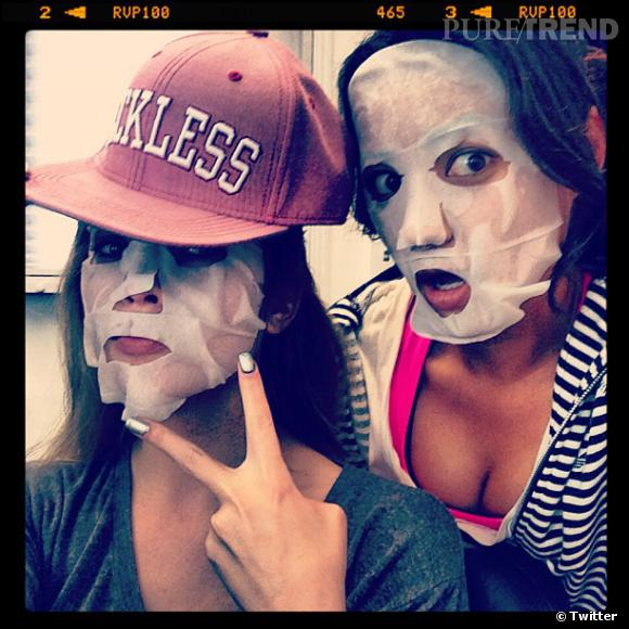 """Ashley Benson et Shay Mitchell s'amuse avant leur journée de tournage de """"Pretty Little Liars""""."""