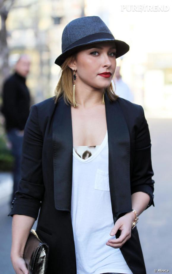 """Le top """"chapeau"""" :  la combinaison chapeau masculin et rouge à lèvres de vamp sied bien à l'actrice."""