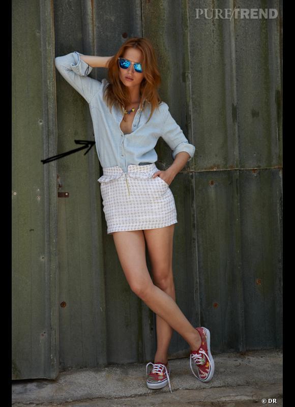 Comment porter le denim ce Printemps-Eté 2013 ?  Comme chez Roseanna le jean s'apprivoise dans une chemise très féminine couleur claire avec une jupe glamour à volants et des baskets.  Lookbook Printemps-Eté 2013