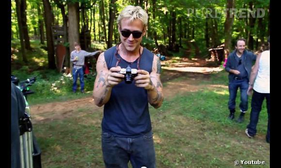 On aperçoit quelques moments filmés lors d'une pause sur le plateau de tournage. Ryan Gosling, photographe en herbe ?