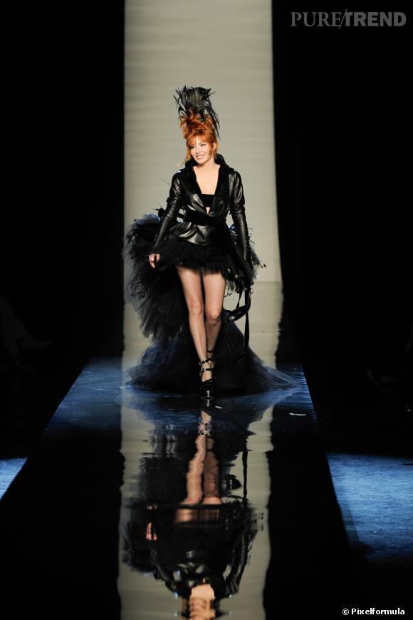 """Défilé Haute Couture Automne-Hiver 2011/2012 Jean Paul Gaultier. Mylène Farmer défile sur le catwalk en robe de mariée baptisée """"Libertine Swan""""."""