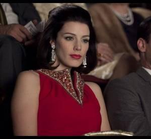 Megan Draper (Jessica Paré) arbore une bouche rouge carmin à la nuit tombée.