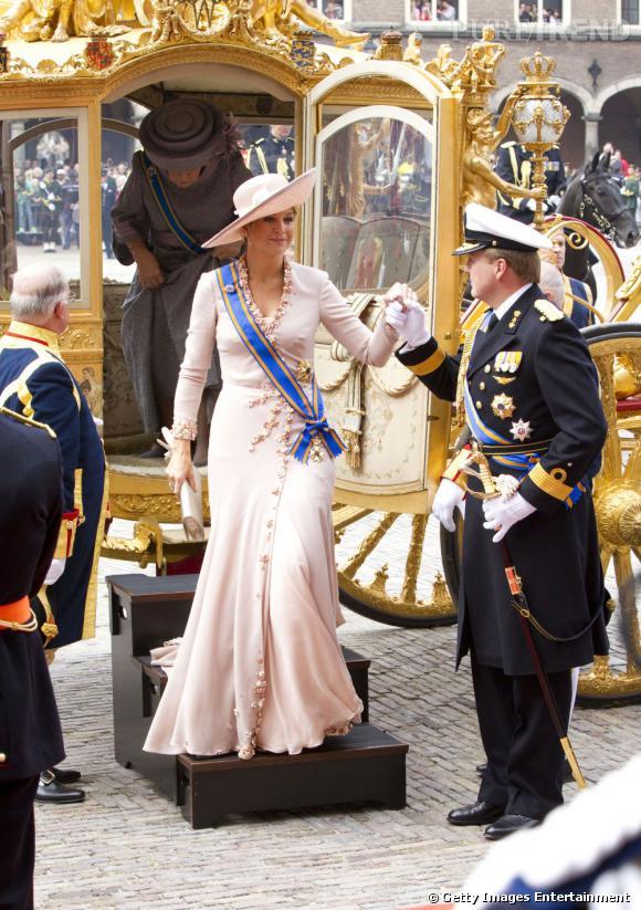 La reine Maxima des Pays Bas porte l'écharpe à merveille.