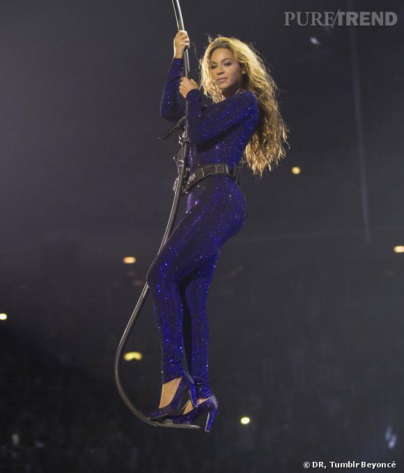 """Beyoncé en combinaison violette à paillettes et escarpins assortis pour """"The Mrs Carter Show World Tour""""."""
