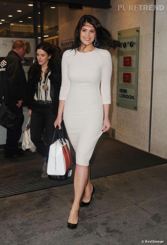 Gemma Arterton à Londres porte une robe blanche Talbot Runhof.