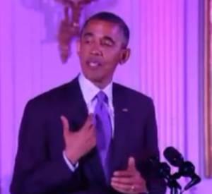Barack Obama fait un mini-sketch sur la trace de rouge à lèvres sur son col lors d'un discours à la Maison Blanche.