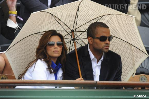 Eva Longoria, en 2009, avec son ex-mari Tony Parker se protégeait de la pluie à Roland Garros.