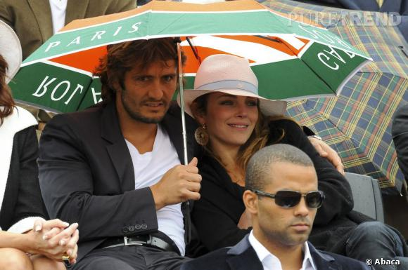 Bixente Lizarazu et Claire Keim, proches sous leur parapluie en 2009.