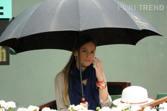 Hilary Swank en 2012 était contrainte de se protéger de la pluie.