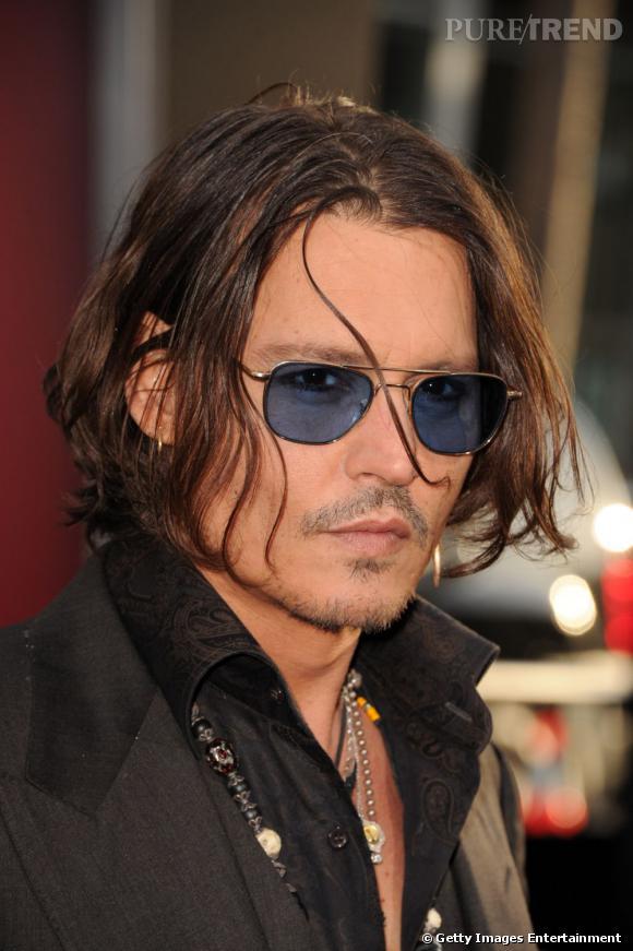 Johnny Depp retour des cheveux mi-longs et lunettes de beau gosse en 2012.