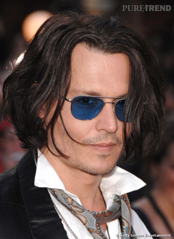Johnny Depp, foulard, lunette et regard sexy en 2007.
