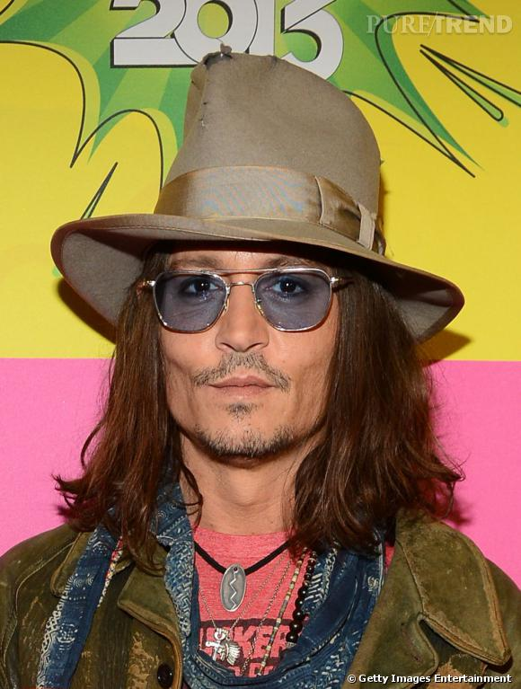 Johnny Depp fête ses 50 ans ! Un style toujours dandy et un léger relâchement capillaire.