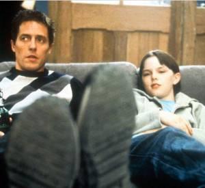 """Nicholas Hoult et Hugh Grant dans """"Pour un garçon"""". Hugh n'affichait aucune ride et Nicholas une coupe au bol affreuse !"""