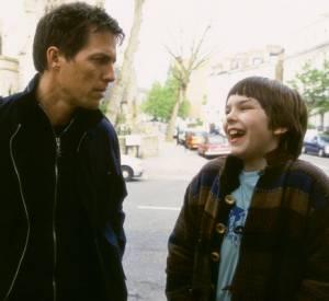 """Nicholas Hoult et Hugh Grant dans """"Pour un garçon"""" sorti en 2002."""