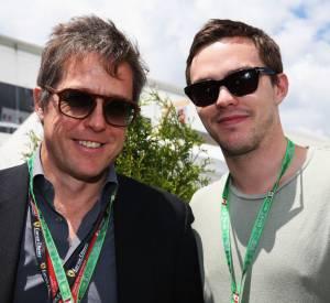 """Nicholas Hoult a recontré Hugh Grant au Grand Prix de Formule 1 du Canada, le 9 mai 2013, 11 ans après qu'ils aient partagé l'affiche de """"Pour un garçon"""". Et il y a du changement !"""
