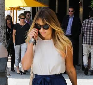 Lauren Conrad complète sa tenue avec une paire de lunettes de soleil oversized et un sac cartable.