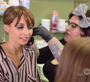 Nicole Richie emmène sa soeur se faire piercer dans sa web série Candidly Nicole.