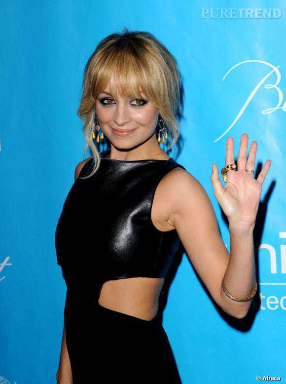 Nicole Richie porte déjà des boucles d'oreilles.