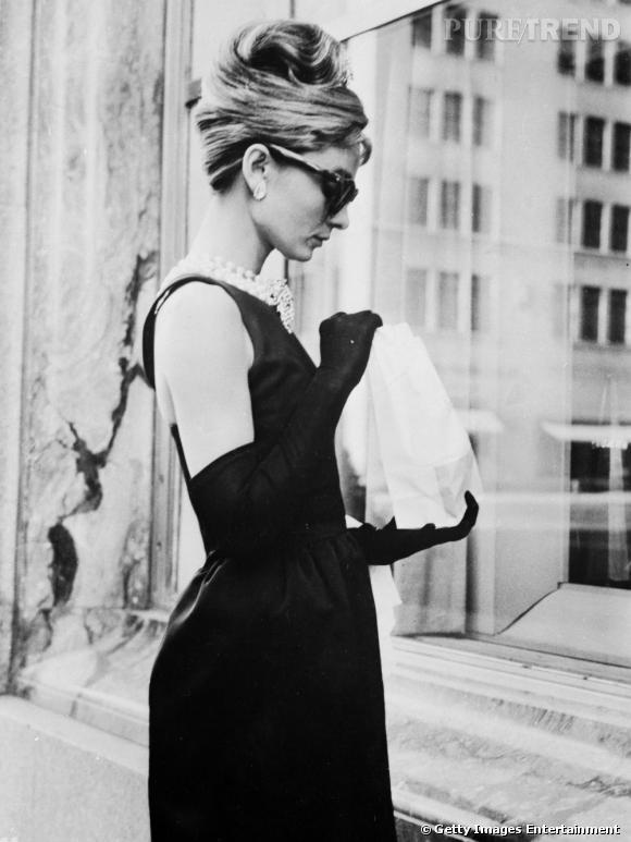 """Audrey Hepburn et son incontournable chignon banane immortalisé dans """"Breakfast at Tiffany's""""."""