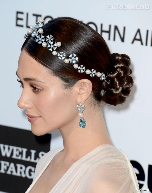 Emmy Rossum accessoirise son chignon d'un diadème pour un look délicieusement précieux.