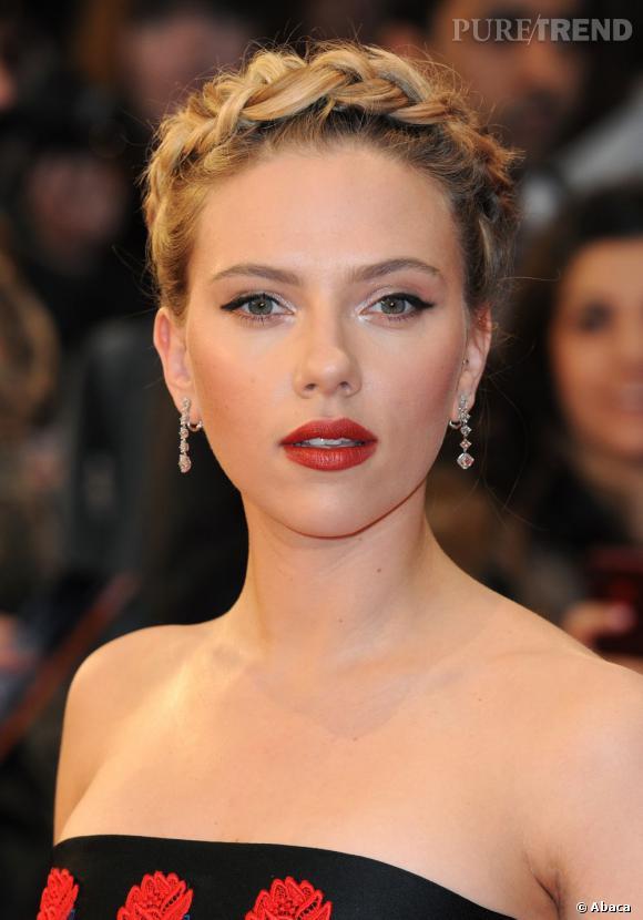 Scarlett Johansson fait vibrer son regard avec un khôl marqué. Efficace et glamour.