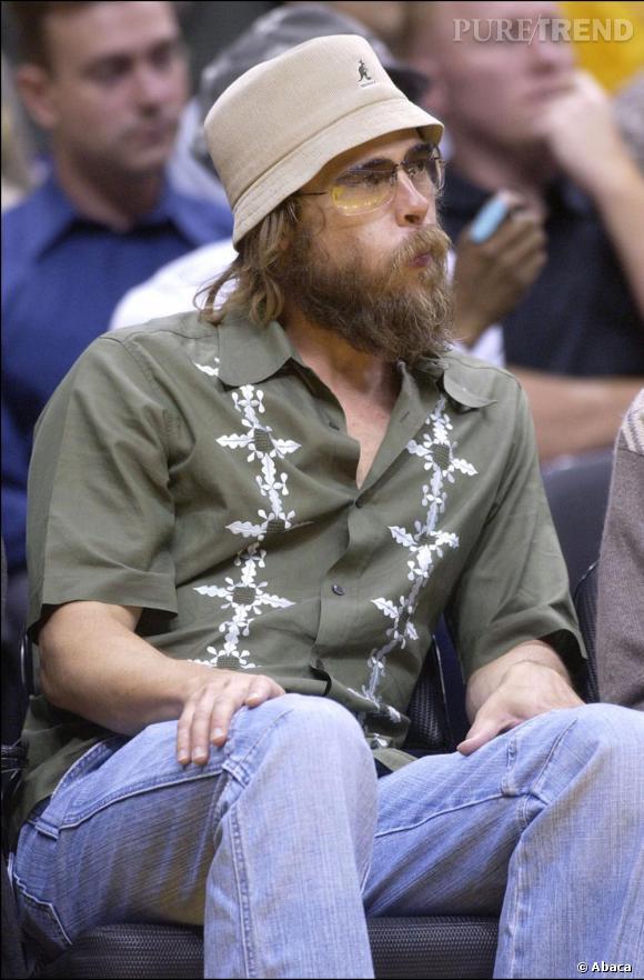 Le flop barbe : méconnaissable le jeune homme a tout faux de la tête aux pieds et nous donne envie de pleurer.