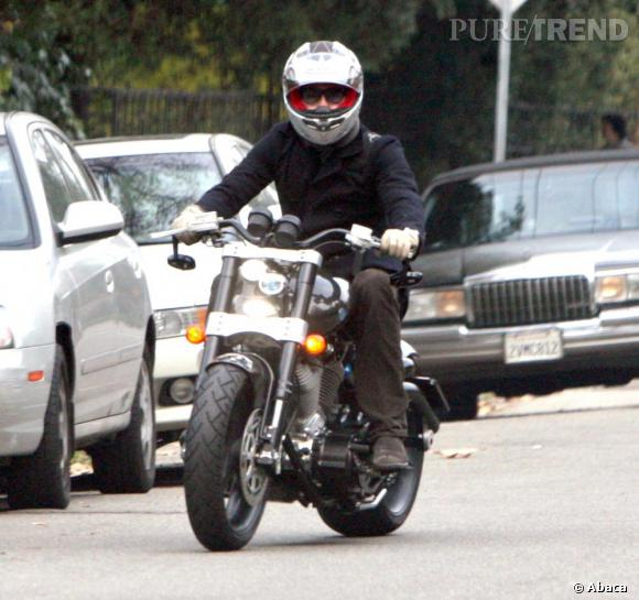Le flop moto   : l'homme mélange deux roues un peu ancien et casque ultra moderne, non non non.