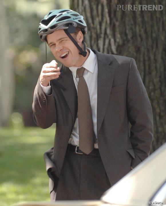 Le flop accessoire 2  : le costume marron passe encore, mais le casque de vélo...