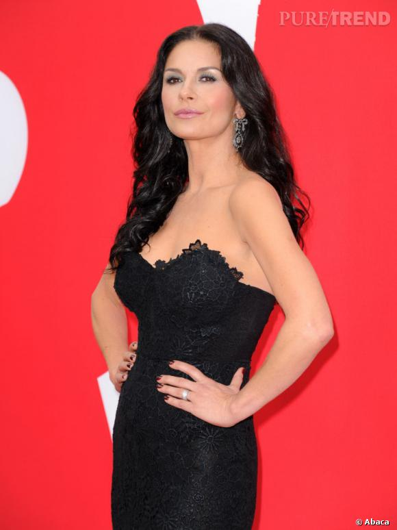 """Catherine Zeta-Jones a misé sur le glamour et le sex-appeal pour la première de """"RED 2"""", à Los Angeles, le 11 juillet 2013."""