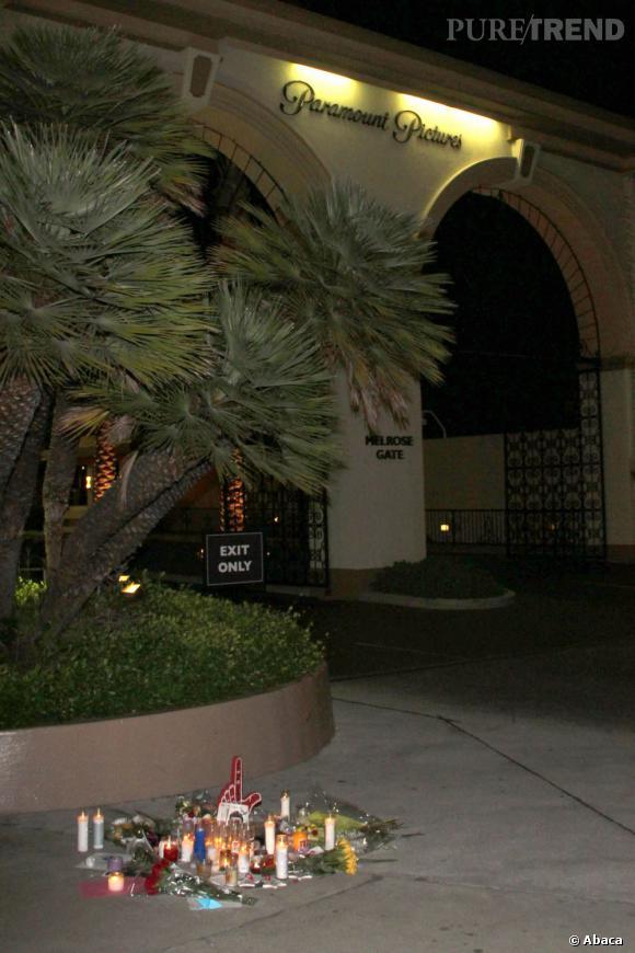 """Les fans de """"Glee"""" ont déposé des bougies et des fleurs devant les studios Paramount, en hommage à l'acteur."""