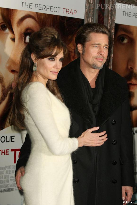 Brad Pitt vérifie la fermeté des fesses d'Angelina Jolie.