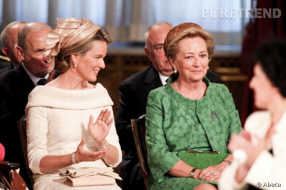 La reine Paola et sa belle-fille la nouvelle reine Mathilde surprises par l'expression du roi abdicant.