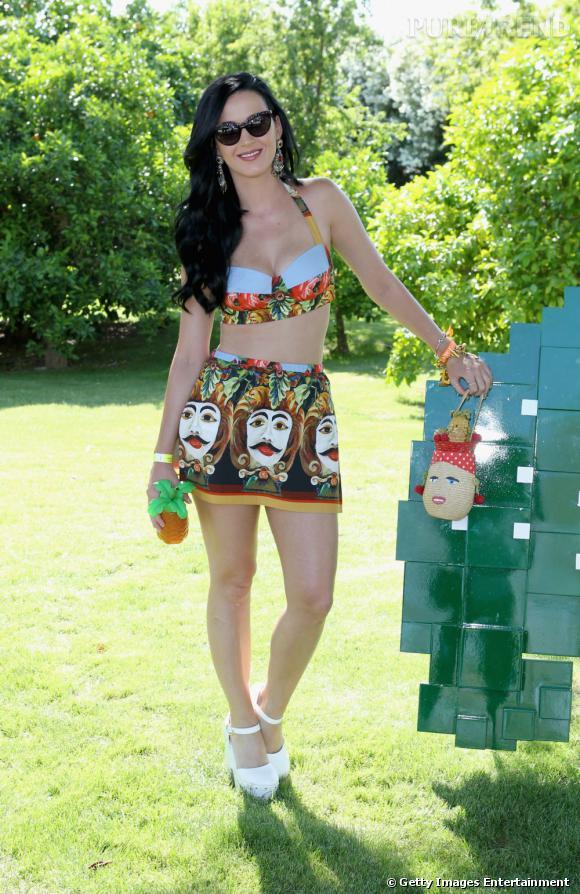 Katy Perry porte la brassière Dolce & Gabbana lors d'une garden party. Sans oublier son ananas à la main.