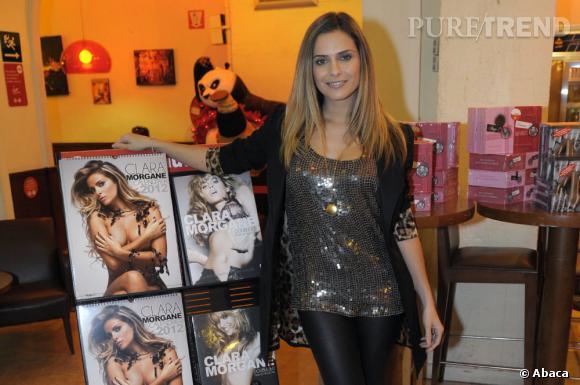 Clara Morgane a mis des paillettes pour faire la promotion de son calendrier 2012.