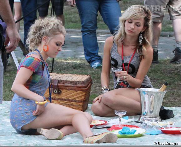 """L'ambiance est très """"country chic"""" sur le tournage de """"The Carrie Diaries"""" avec une scène de pique-nique au champagne ! AnnaSophia Robb et Lindsey Gort se concentrent..."""