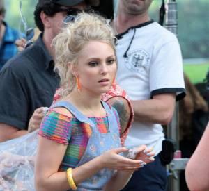 """AnnaSophia Robb dans une salopette Topshop sur le tournage de """"The Carrie Diaries""""."""