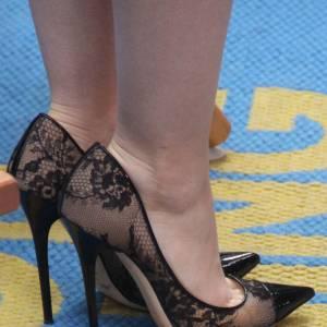 """Lily Collins porte des escarpins Jimmy Choo, modèle """"Amika""""."""