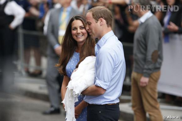 Kate Middleton et le Prince William à la sortie de la maternité le lendemain de l'accouchement.