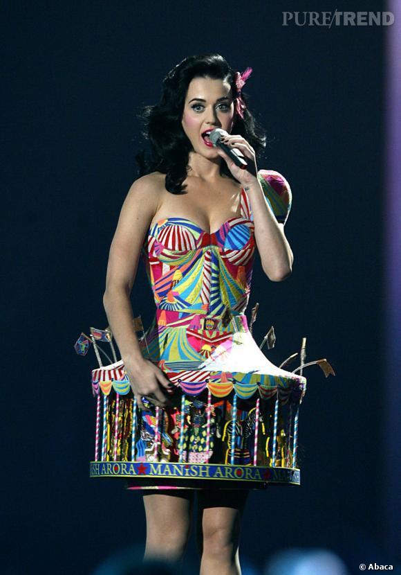 Sur scène Katy Perry fait sensation en bustier.