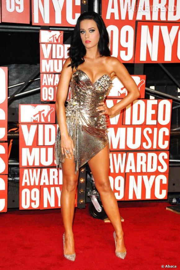 """Katy Perry a mis des picots sur sa poitrine. Une façon de dire """"don't touch"""" ?"""